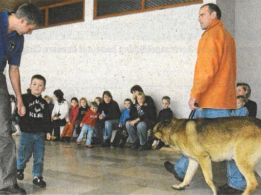 """Umgang mit Hund """"Leon"""" geübt"""
